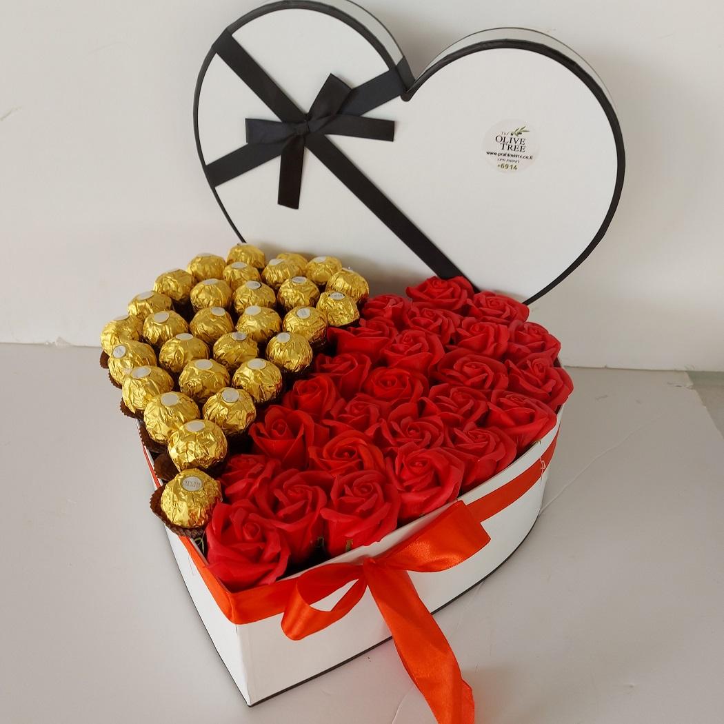 לב מהודר ורדים טבעיים ושוקולד