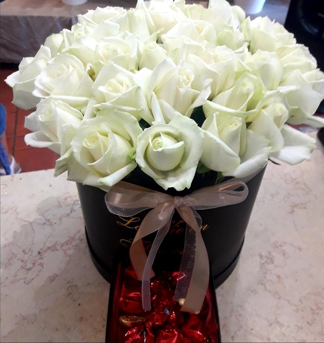 קופסא ורדים לבנים ושוקולד